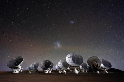 Alma-observatoriet under stjärnhimlen