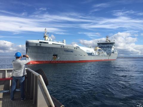 Fartyg tankas med naturgas i Göteborgs Hamn
