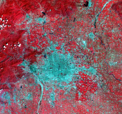 Beijing 1999. Nya byggnader är vita/ljusgråa, gamla byggnader är mörkgråa och vegetation som träd och växter är röda.