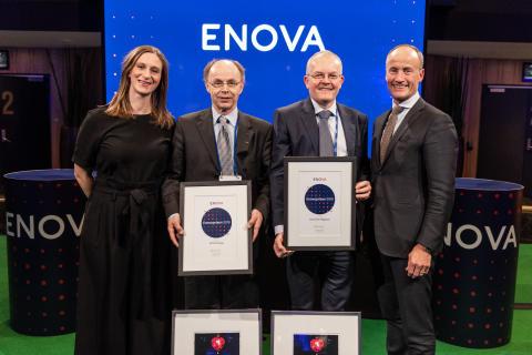 FORTJENT HEDER: Fra venstre til høyre: Prisutdeler Anna Barnwell, Alf Tore Haug og administrerende direktør i Enova, Nils Kristian Nakstad (Foto: Enova/Berre)
