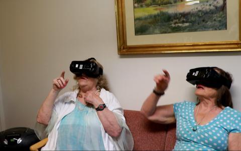 Äldre testar virtual reality i Södertälje.