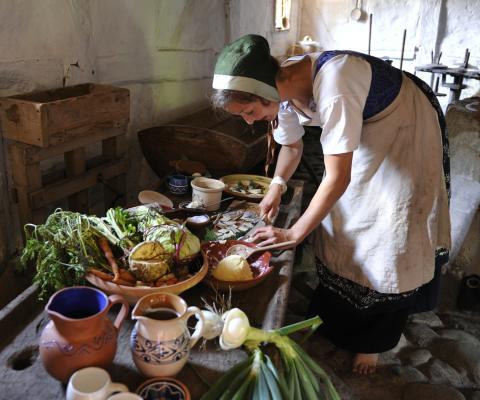 """""""Gamle Sorters Dage"""" på Frilandsmuseet (arbejde i køkkenet)"""