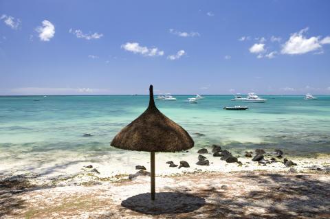 Mauritius_Strandszene mit Schirm©MTPA_Bamba