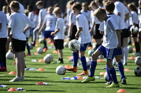 Ennätys saavutettiin 324 jalkapallotaiturin onnistuessa 10 sekunnin ryhmäpomputtelussa.