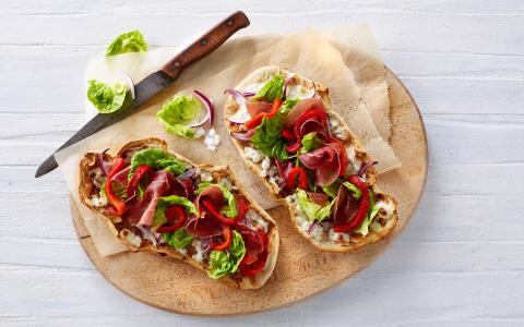 Grovpizza med hytteost og grillede peberfrugter