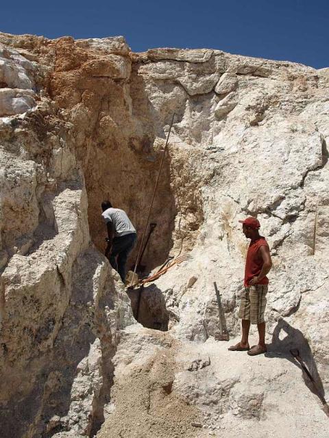 Småskalig brytning av turmalin i Sandamab, Namibia