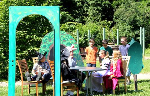 Fünftklässler führen ein Theaterstück im Kinderhospiz Bärenherz auf