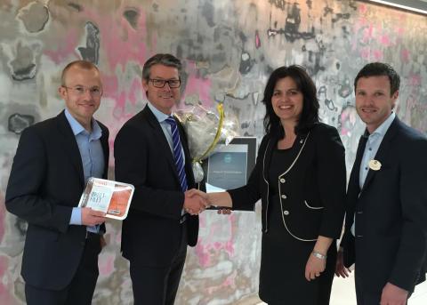 Keep-it Technologies er vinnerne fra Østlandet. Her med regiondirektør i NHO Oslo og Akershus, Nina Solli, og hotelldirektør på Quality Hotel 33, Henrik Ståhl.