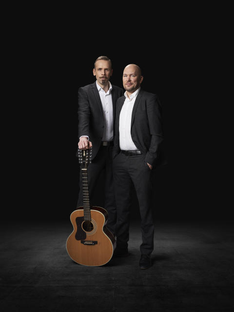 """Björn A Ling och Johan Östling från TV-serie och filmduk - Nu åker succéduo på Sverigeturné med egen föreställning """"Din Jävla Fegis""""!"""