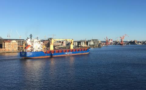 Lastfartyg på väg uppför Götaälv i centrala Göteborg Bild Göteborgs Stad