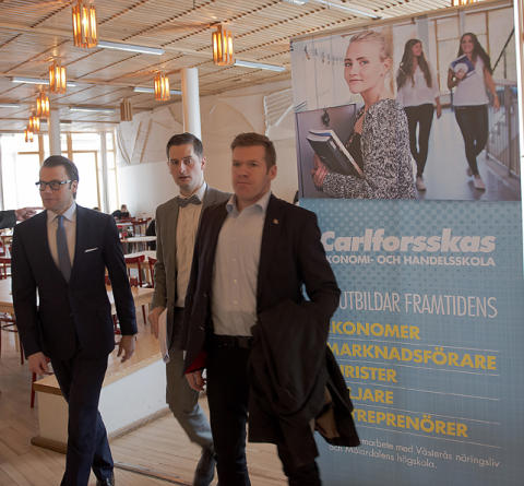 Prins Daniel vid besöket på Carlforsskas Ekonomi- och Handelsskola