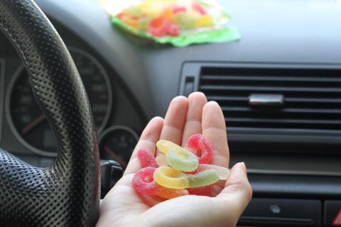 Svenskarna håller fast vid socker och mättat fett