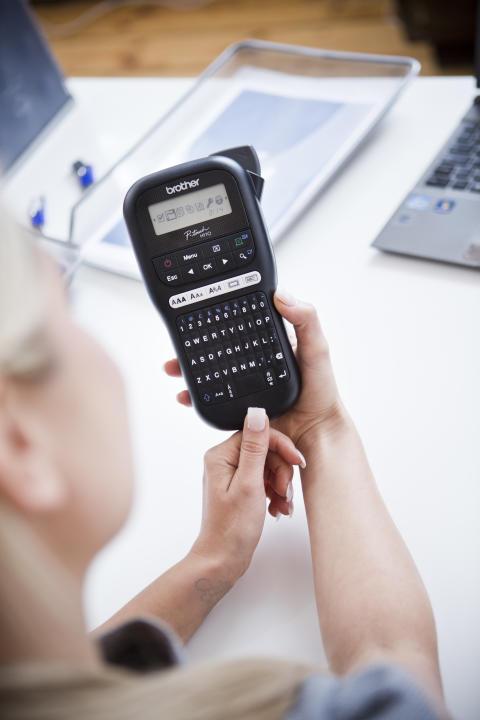 Brother PT-H110-tarratulostin sopii niin kotiin kuin toimistoon. Tarramerkintöjen tulostaminen sujuu käden käänteessä, ja voit merkitä esimerkiksi mapit, pahvilaatikot sekä johdot kestävillä tarroilla.