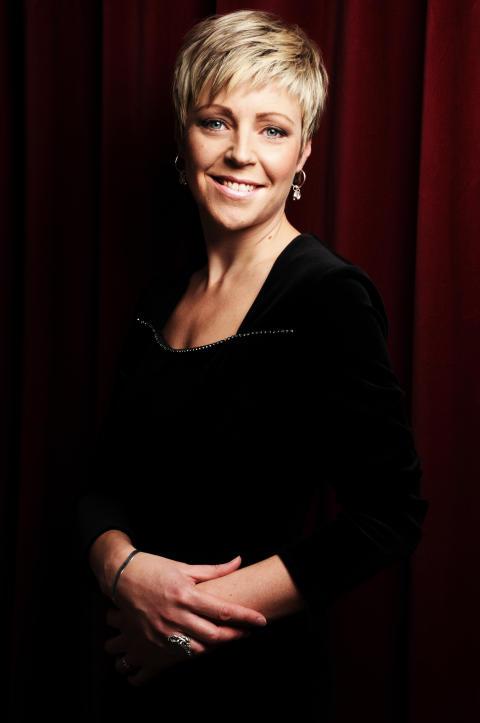 Karin Dahlberg sopran - standing, red background