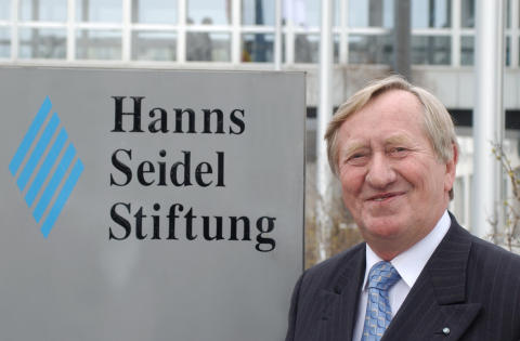 """""""Hanns-Seidel-Stiftung zukunftsfähig gestaltet"""" - Ex-Vorsitzender Hans Zehetmair vor der Stiftungszentrale"""