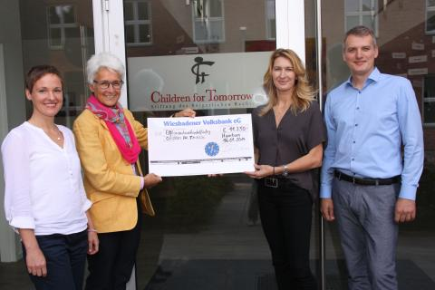 VOD-Mitglieder treffen Stefanie Graf / Osteopathen helfen Flüchtlingskindern: 11 000-Euro-Spenden-Scheck übergeben