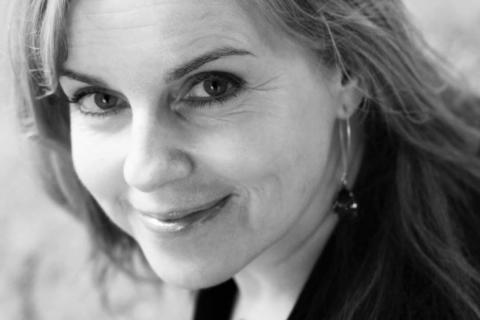 Nina Berg lyfter bort skuld och skam från alkoholmissbruk i ny bok!