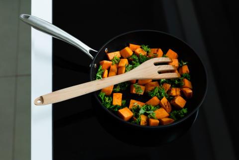 Pan_EGO_P24ANS_sweet_potato_and_salad_horizontal_sRGB