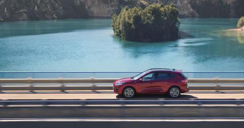 Ford esittelee sulavalinjaisen täysin uuden Kugan, Fordin ensimmäisen mallin, joka on saatavana kevythybridinä, ladattavana hybridinä ja täyshybridinä