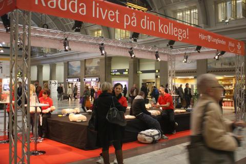 Lär dig hjärt-lungräddning med hjärtstartare på Stockholms Central