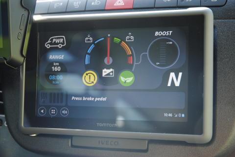 Noe av det som skiller batteridrevne Iveco Daily fra tilsvarende kjøretøy med forbrenningsmotor er det spesielle displayet som viser bruken av strøm og gjenværende rekkevidde.