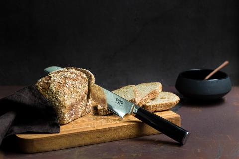 Knives_EGO-VG10_Bread-Knife-EVG20BK_w_bread2_landscape - kopia