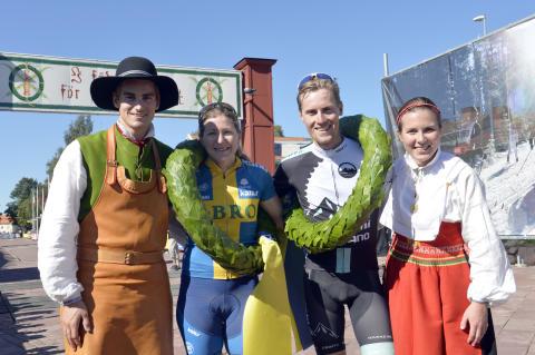 Segrarna i Cykelvasan 2015 tillsammans med kransmasen och kranskullan
