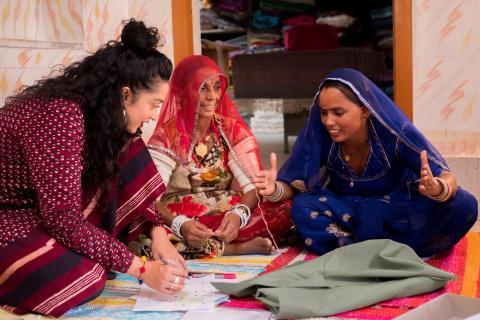 Designer Akanksha Deo og kvindelige kunsthåndværkere igang med KLARAFINA og MOAKAJSA pudebetræk