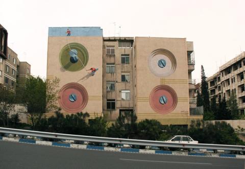 Verk av gatukonstnären Mehdi Ghadyanloo, uppfört i Teheran (2011)