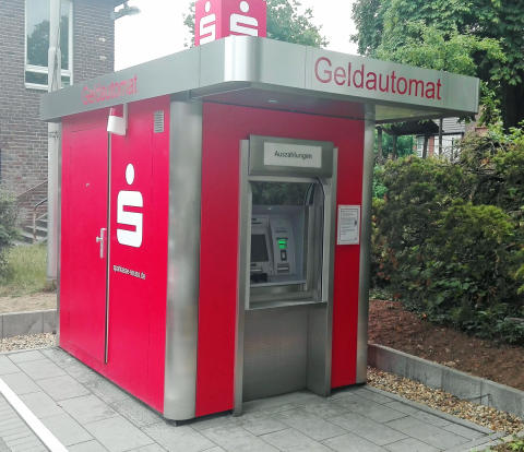 Geldautomat der Sparkasse Neuss in Grevenbroich-Neuenhausen an neuem Standort