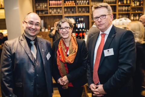 Jürgen Däumler (rechts) von der ABIT GmbH, Sponsor des 12. CeeClubs in Düsseldorf, beim entspannten Netzwerken mit Teilnehmern in der Sansibar by Breuninger