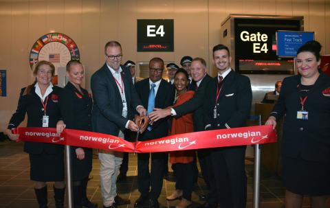 Salgsdirektør Lars Sande sammen med Norwegian crew og Thierry Gargar (Guadeloupe Islands Turism), Sandra Venite (US Director of Guadeloupe) og Todd Smith (Director of Airport Operations),.