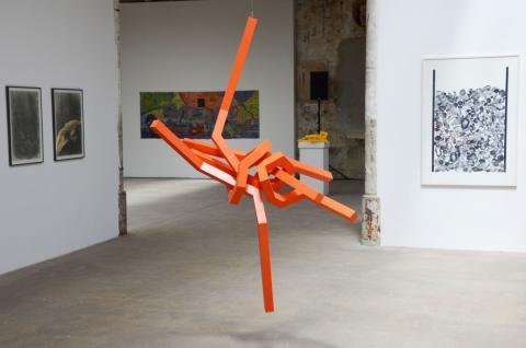 """Eine der beiden Holzkonstruktionen von Dirk Richter: """"Sequenz"""" -  in seiner Konstruktion sowohl stabil als auch instabil"""