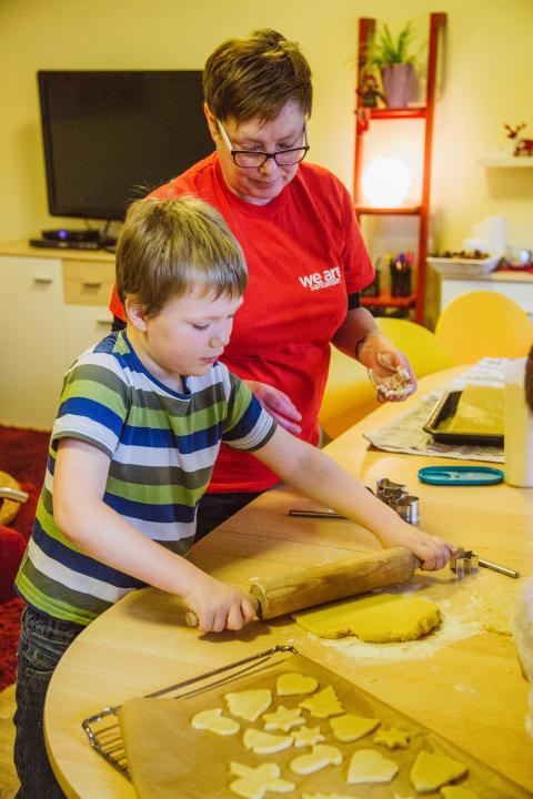 In der Weihnachtsbäckerei: Santander Filialmitarbeiter besuchen Kinderheim