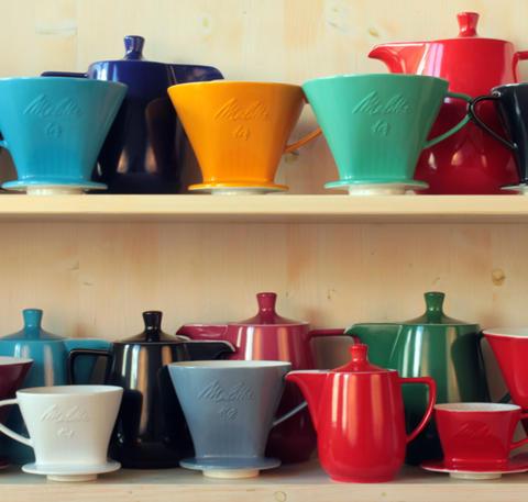 Farbenfrohes Kaffeebrühen nach traditioneller Art