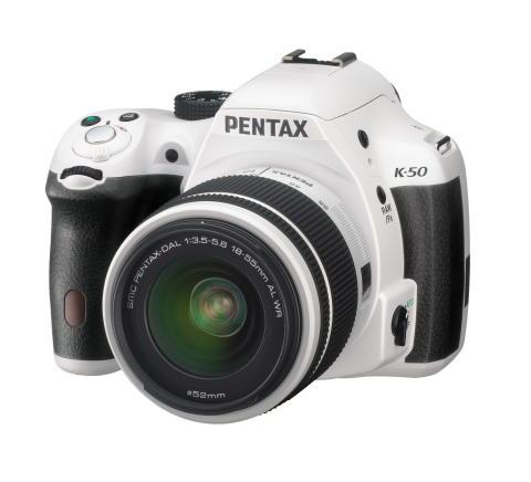 Pentax K-50 vit snett framifrån