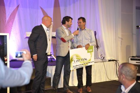 FlexLinks Jon Bagiu lämnar över checken från Barngolfen 2013 till Tomas Gedda från insamlingsstiftelsen.