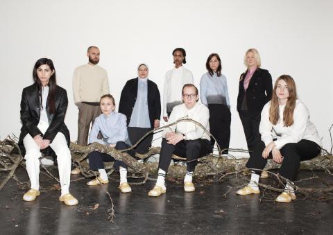 Tensta konsthalls personal i Behnaz Arams konceptuella uniform Anders Reuterswärd.