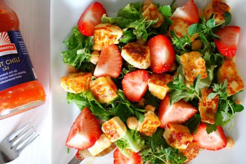 Örtig sommarsallad med jordgubbar och sweet chili-marinerad halloumiost