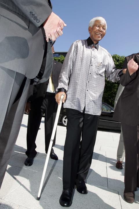 Nelson Mandela omgitt av sikkerhetsvakter.