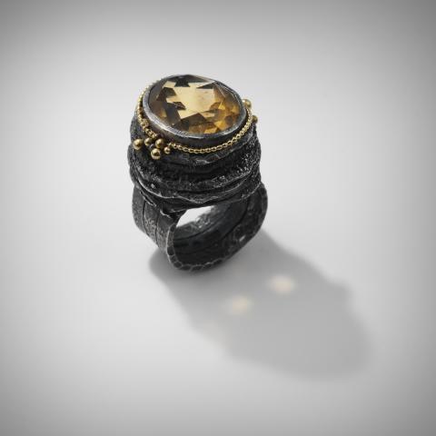 Jenny Edlund (f. 1959). Ring. Silver, guld, ädelsten