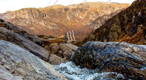 Høyspentmaster ved Lysefjorden lyser opp