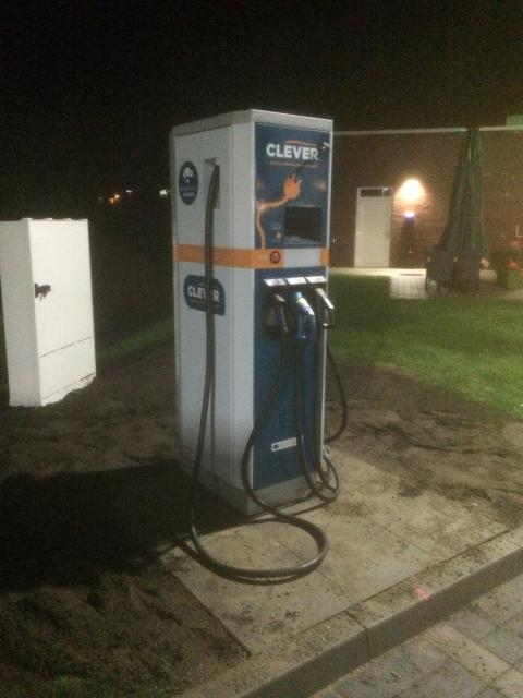 Gemeinsame Power für Osterrönfeld: CLEVER installiert Ladestation  für E-Autos auf der team Tankstelle