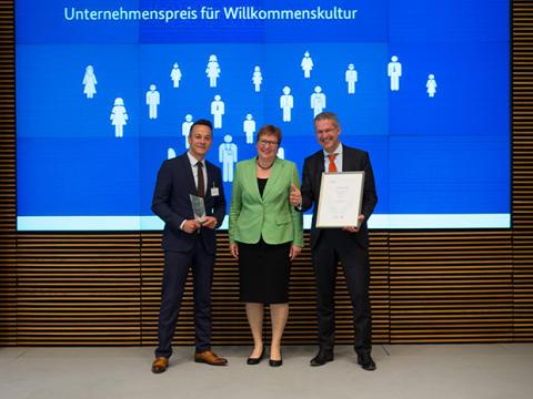 """Vielfalt feiert Erfolge: Sigmar Gabriel verleiht der ICUnet.AG den Preis """"Mit Vielfalt zum Erfolg"""""""