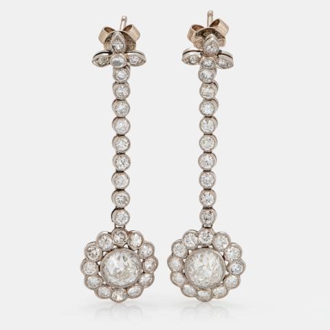 Ett par örhängen platina med två gammalslipade diamanter