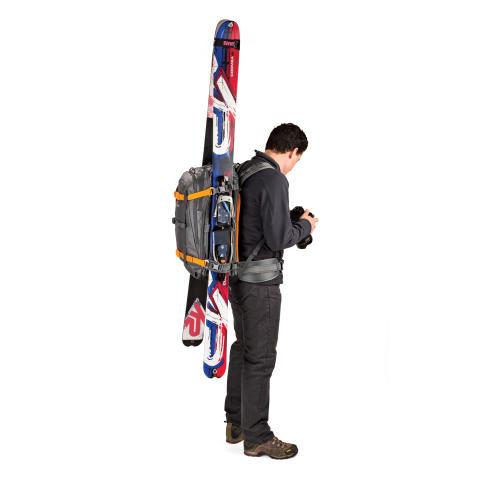 Lowepro Whistler BP450 AW på modell med ski