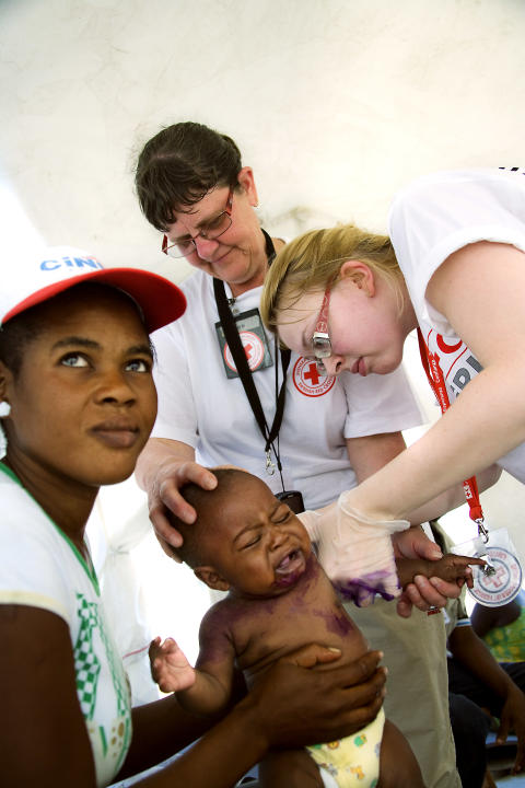 Lena Fridman behandlar barn i Haiti