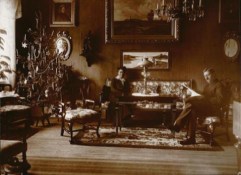 Julfoto från sekelskiftet 1900 man och kvinna med julgran
