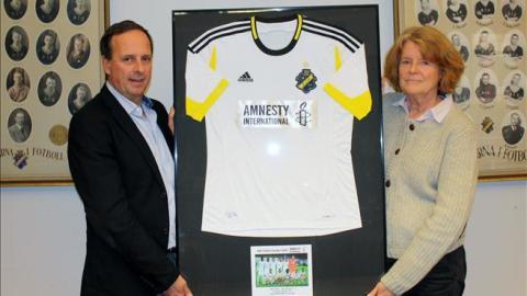 Amnestyloggan på AIK:s tröjor i matchen mot PSV Eindhoven