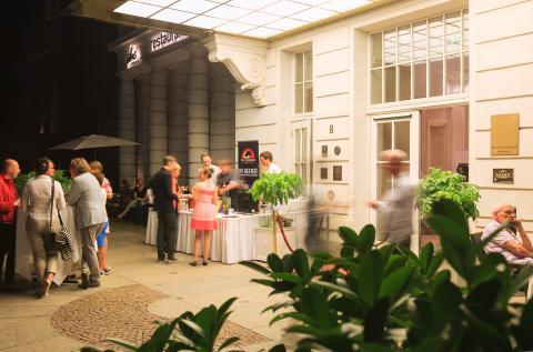 BBQ Stand mit frischem Grillgut vor dem Hotel Fürstenhof, Leipzig